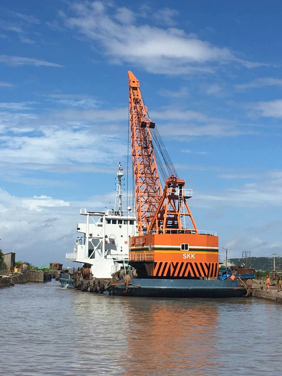 multifunctional crane barge 150ton + 16m3 clamshell dredging vessel