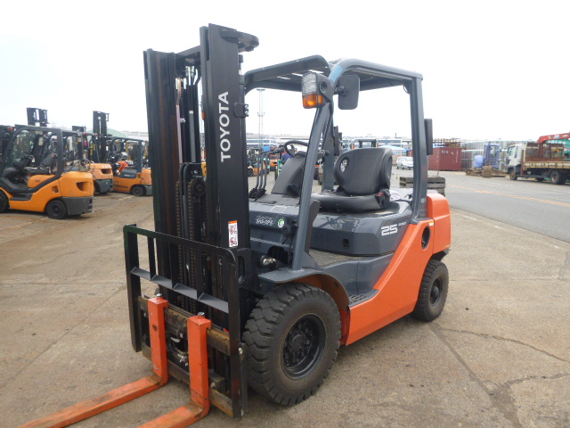 TOYOTA FORKLIFTS units CIF PRICE to port of buyer (to be confirmed )  US$16,950.00