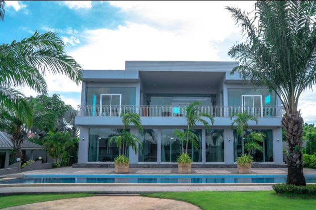 Stunning 5 bed, 6 Bath Modern Pool Villa, moments from Maprachan Lake